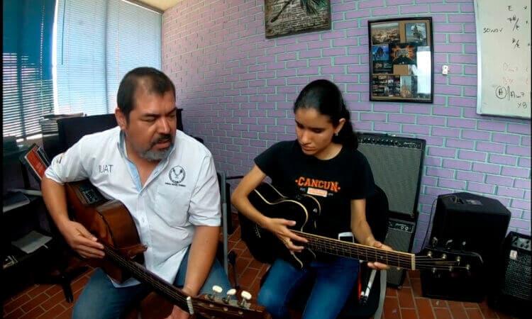 Profesor de la UAT imparte clases de guitarra en línea para personas con discapacidad visual