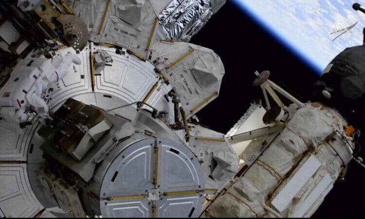 Astronautas trabajan en paneles solares en la Estación Espacial Internacional