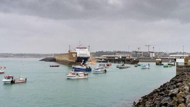 Barcos pescadores de Francia levantan bloque en isla de Jersey
