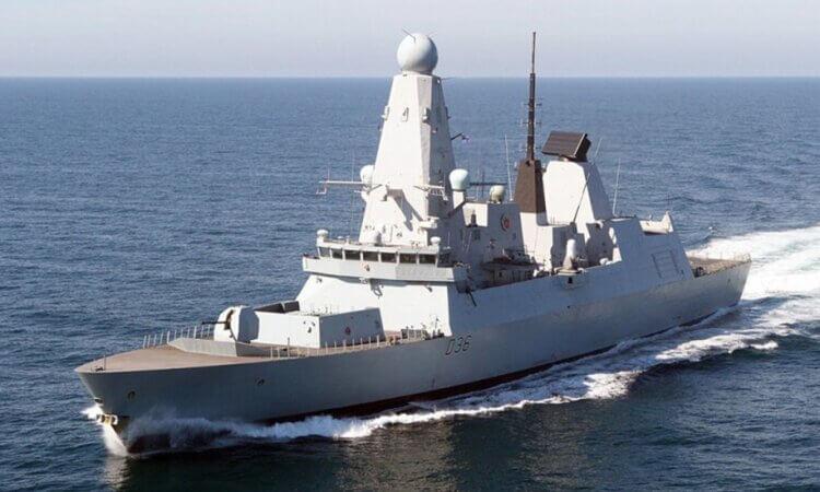 Rusia informa disparos de advertencia contra destructor británico; Reino Unido los niega