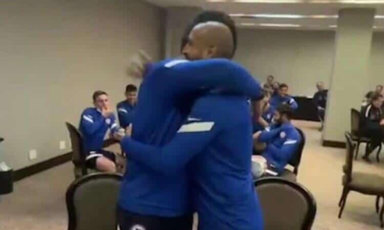 Claudio Bravo y Arturo Vidal cierran diferencias con un abrazo