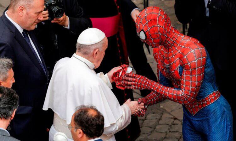 'Spiderman' visita al papa Francisco y le regala una máscara