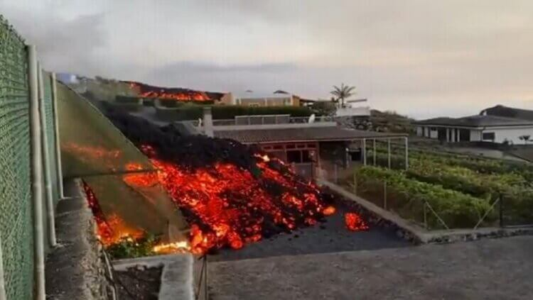 Volcán Cumbre Vieja consume el último pueblo y se dirige al mar